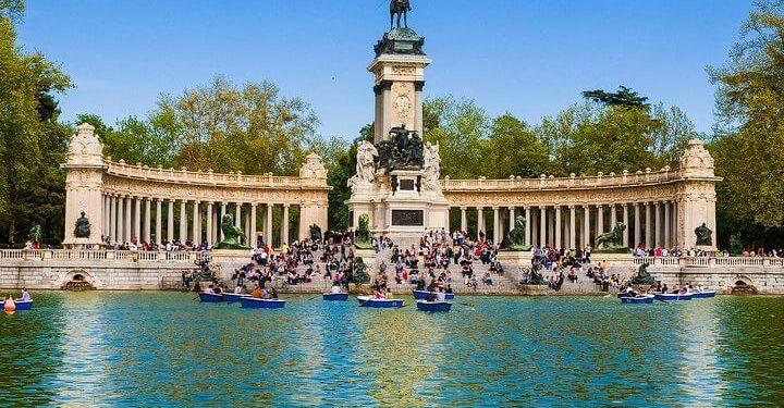 statue and lake in Parko Retiro, Madrid